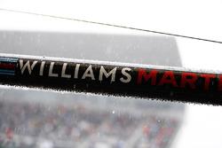 Logo Williams logo su un'asta nel box