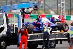 De auto van Carlos Sainz Jr. na zijn crash in de eerste training in Japan