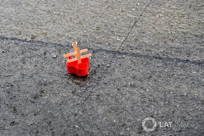 Pioggia e una barchetta di plastica in pit lane