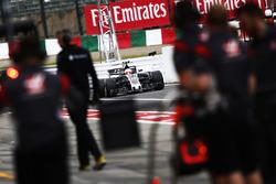 Kevin Magnussen, Haas F1 Team VF-17, dans la voie des stands