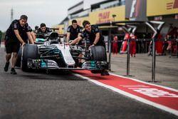 Mercedes AMG F1 mechanics, Mercedes-Benz F1 W08 in pit lane