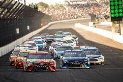 Kyle Busch, Joe Gibbs Racing Toyota Martin Truex Jr., Furniture Row Racing Toyota restart