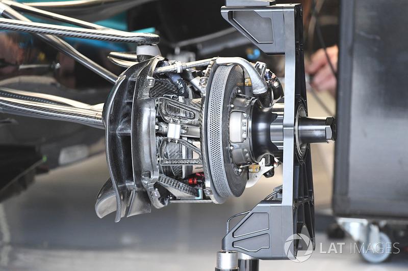 Mercedes W08: Vorderradbremse