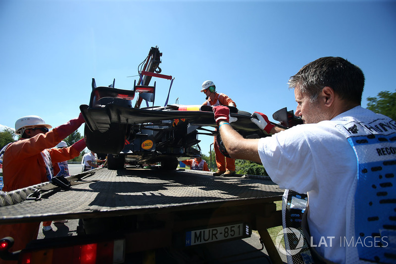 El auto de Daniel Ricciardo, Red Bull Racing RB13 recuperado por oficiales de pista