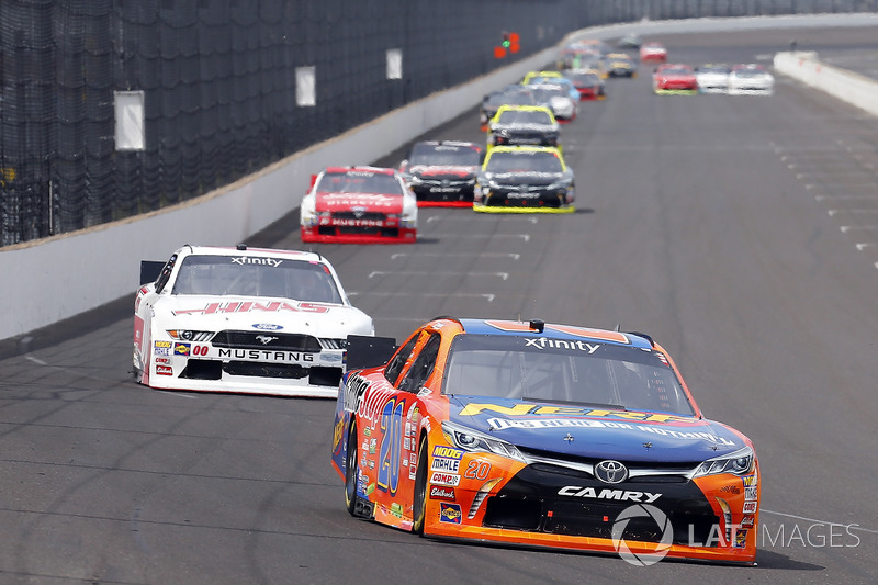Erik Jones, Joe Gibbs Racing Toyota y Cole Custer, Stewart-Haas Racing Ford