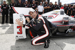 Ganador de la pole Helio Castroneves, Team Penske Chevrolet