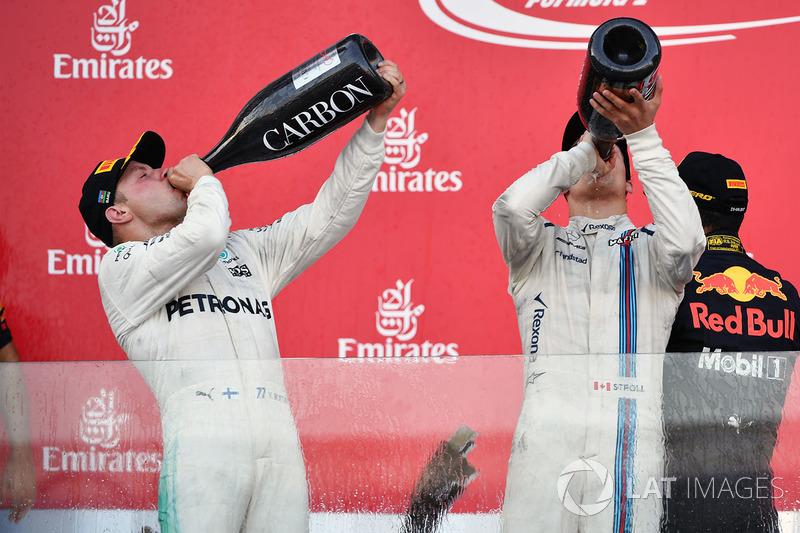 Valtteri Bottas, Mercedes AMG F1 e Lance Stroll, Williams festeggiano sul podio con lo champagne