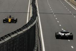 Nico Hulkenberg, Renault Sport F1 Team RS17 e Lance Stroll, Williams FW40