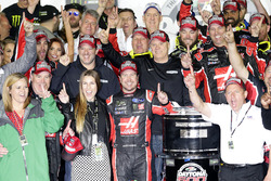 Race winner Kurt Busch, Stewart-Haas Racing Ford celebarte with the team
