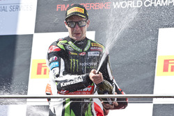 Podium : le vainqueur Jonathan Rea, Kawasaki Racing fête sa victoire au champagne