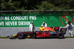 Les commissaires bougent la voiture de Max Verstappen, Red Bull Racing RB13