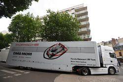 Porsche-Truck am Place de la Republique