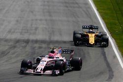 Esteban Ocon, Sahara Force India F1 VJM10, Nico Hulkenberg, Renault Sport F1 Team RS17