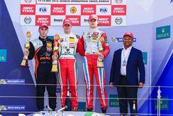 Podium: ganador, Mick Schumacher, segundo, Joey Mawson, tercero, Ralf Aron