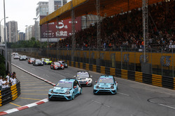 Startaction, Stefano Comini, Leopard Racing, Volkswagen Golf GTI TCR and Jean-Karl Vernay, Leopard Racing, Volkswagen Golf GTI TCR are leading