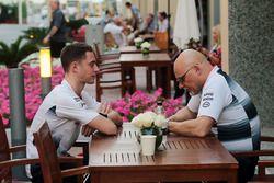 Stoffel Vandoorne, McLaren prueba y controlador de reserva con Matt Bishop, responsable de prensa de