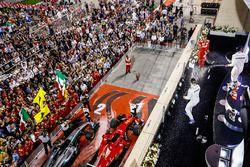 Подиум: победитель Себастьян Феттель, Ferrari, обладатель второго места Льюис Хэмилтон, Mercedes AMG