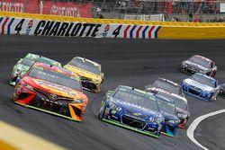 Matt Kenseth, Joe Gibbs Racing Toyota y Jimmie Johnson, Hendrick Motorsports Chevrolet