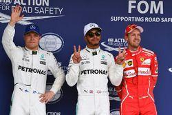 (L naar R): Valtteri Bottas, Mercedes AMG F1, polesitter Lewis Hamilton, Mercedes AMG F1 en Sebastia
