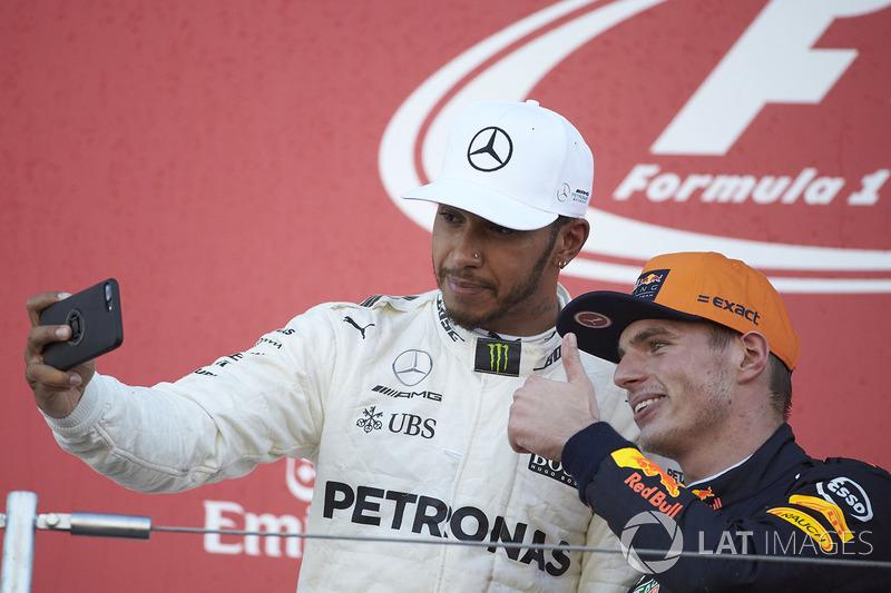 Le vainqueur Lewis Hamilton, Mercedes AMG F1, prend une photo avec le deuxième, Max Verstappen, Red Bull, sur le podium
