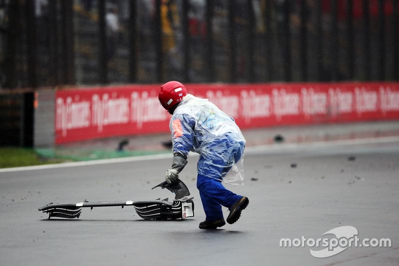 Comisarios quitan restos del Sauber C35 de Marcus Ericsson, Sauber F1 Team