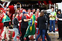 Felipe Massa, Williams, est applaudi par l'équipe Ferrari et rejoint par son père Luis Antonio Massa, sa femme Rafaela Bassi, et son frère Dudu Massa, dans les stands après son abandon