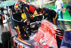 Carlos Sainz Jr., Scuderia Toro Rosso STR11 sur la grille