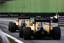 Kevin Magnussen, Renault Sport F1 Team RS16 et Jolyon Palmer, Renault Sport F1 Team RS16 à la sortie de la voie des stands