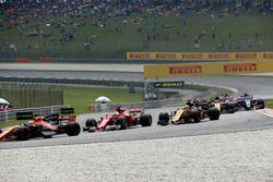 Старт гонки: Фернандо Алонсо, McLaren MCL32, и Себастьян Феттель, Ferrari SF70H