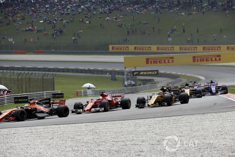 Fernando Alonso, McLaren MCL32 ve Sebastian Vettel, Ferrari SF70H startta