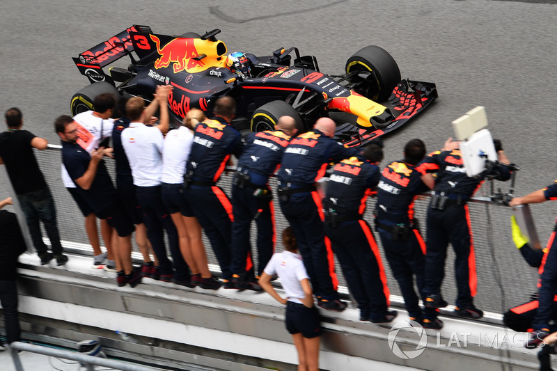 Daniel Ricciardo, Red Bull Racing RB13 taglia il traguardo