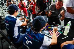 Felipe Massa, Williams, Lance Stroll, Williams, firma autógrafos para los aficionados