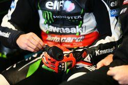 La mano infortunata di Tom Sykes, Kawasaki Racing con la manopola del gas