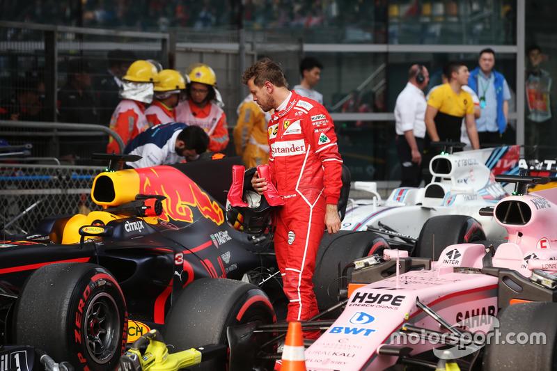 Sebastian Vettel, Ferrari, revisa el coche de Daniel Ricciardo, Red Bull Racing RB13, en Parc Ferme