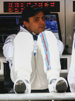 Felipe Massa, Williams, se relaja en el muro de pit