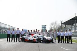 De nieuwe Toyota Gazoo Racing Toyota TS050 Hybrid en de coureurs: Anthony Davidson, Nicolas Lapierre