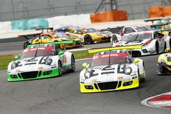 De start van de 12 uur van Sepang met de #911 Manthey Racing Porsche 911 GT3R: Earl Bamber, Nick Tan