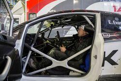 Un meccanico appisolato nella Ford Fiesta di Elfyn Evans