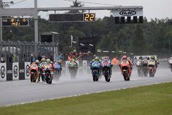 Старт гонки: лидирует Андреа Янноне, Ducati Team