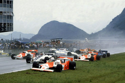 Startunfall: Andrea de Cesaris, McLaren M29F-Ford Cosworth; Hector Rebaque, Brabham BT49C-Ford Coswo