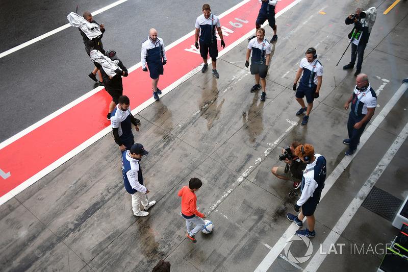Permainan sepak bola di depan garasi Williams