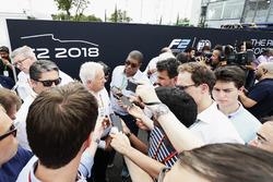 روس براون، المدير العام الرياضي للفورمولا واحد وتشارلي وايتينغ، مدير السباقات