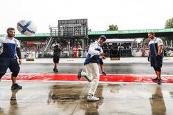 Felipe Massa, Williams, plays football in the pit lane, other WIlliams team members