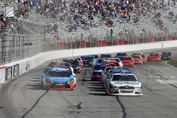 Kevin Harvick, Stewart-Haas Racing Ford y Kyle Busch, Joe Gibbs Racing Toyota