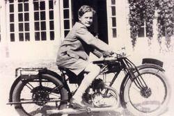 Sin da ragazzo De Graffenried è un appassionato di motori: a dodici anni si permette già qualche gir