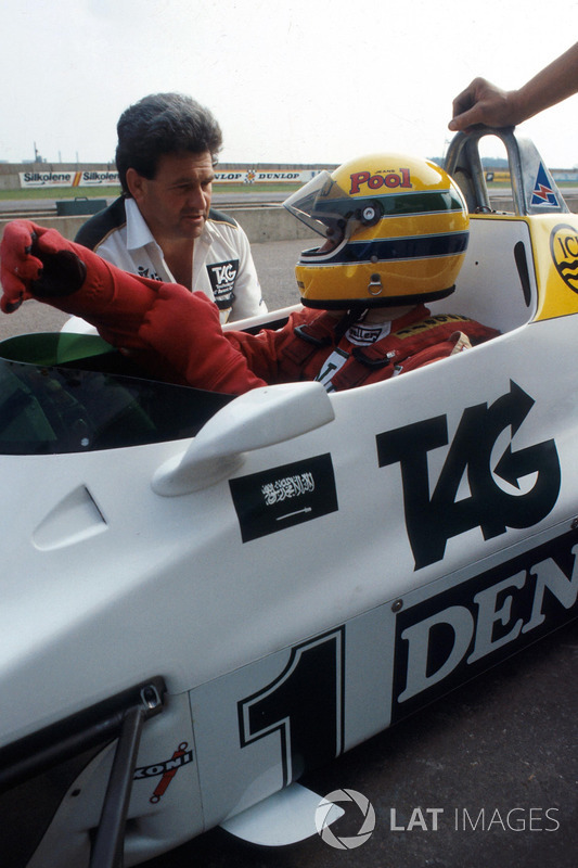 Ayrton Senna recebe instruções antes de ir à pista