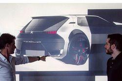 Gilles Vidal, jefe de diseño de Peugeot, muestra cómo sería el Peugeot 205 GTI