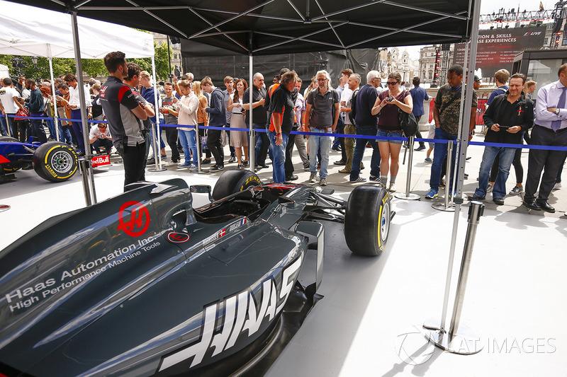 El Haas F1 Team VF-17 en el stand de los equipos