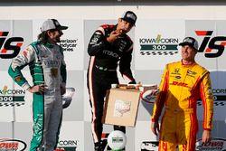 Podio: Ganador de la carrera Helio Castroneves, Team Penske Chevrolet, segundo lugar J.R. Hildebrand