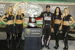 1. Martin Truex Jr., Furniture Row Racing Toyota, mit den Monster-Girls